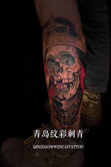 青岛某赛车手的梁先生小腿上的骷髅王纹身图案