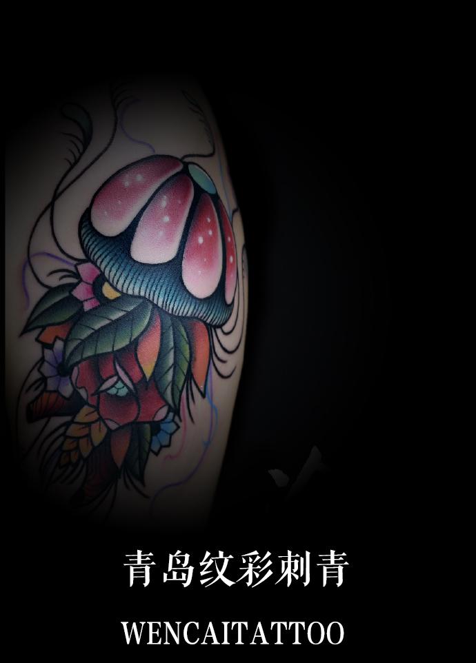 青春美女王小姐大臂写实水母纹身_青岛纹身店哪里最好