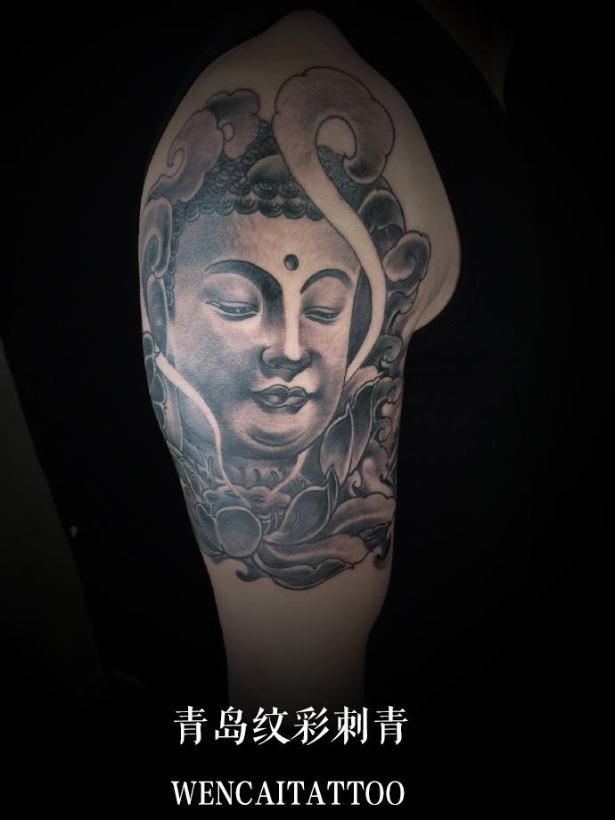 周先生的大臂佛语莲花纹身_青岛纹身店哪里最好_价格.