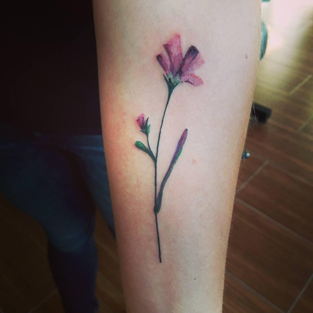 做广告创意设计师的蔡小姐小臂小花纹身图案