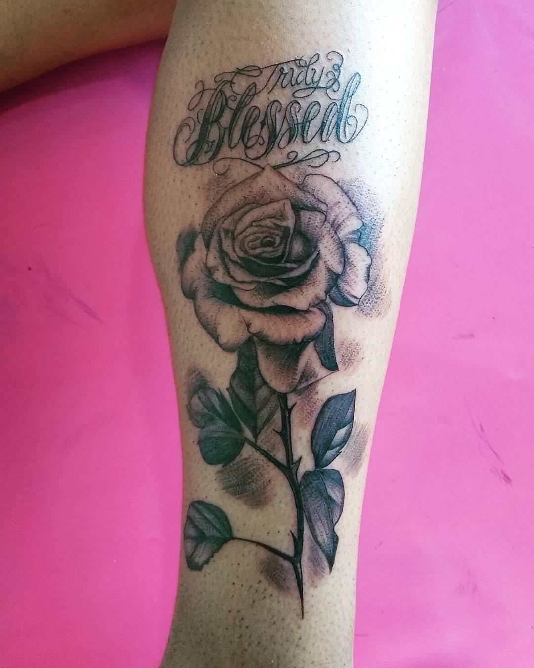 苍小姐小腿玫瑰英文字纹身图案