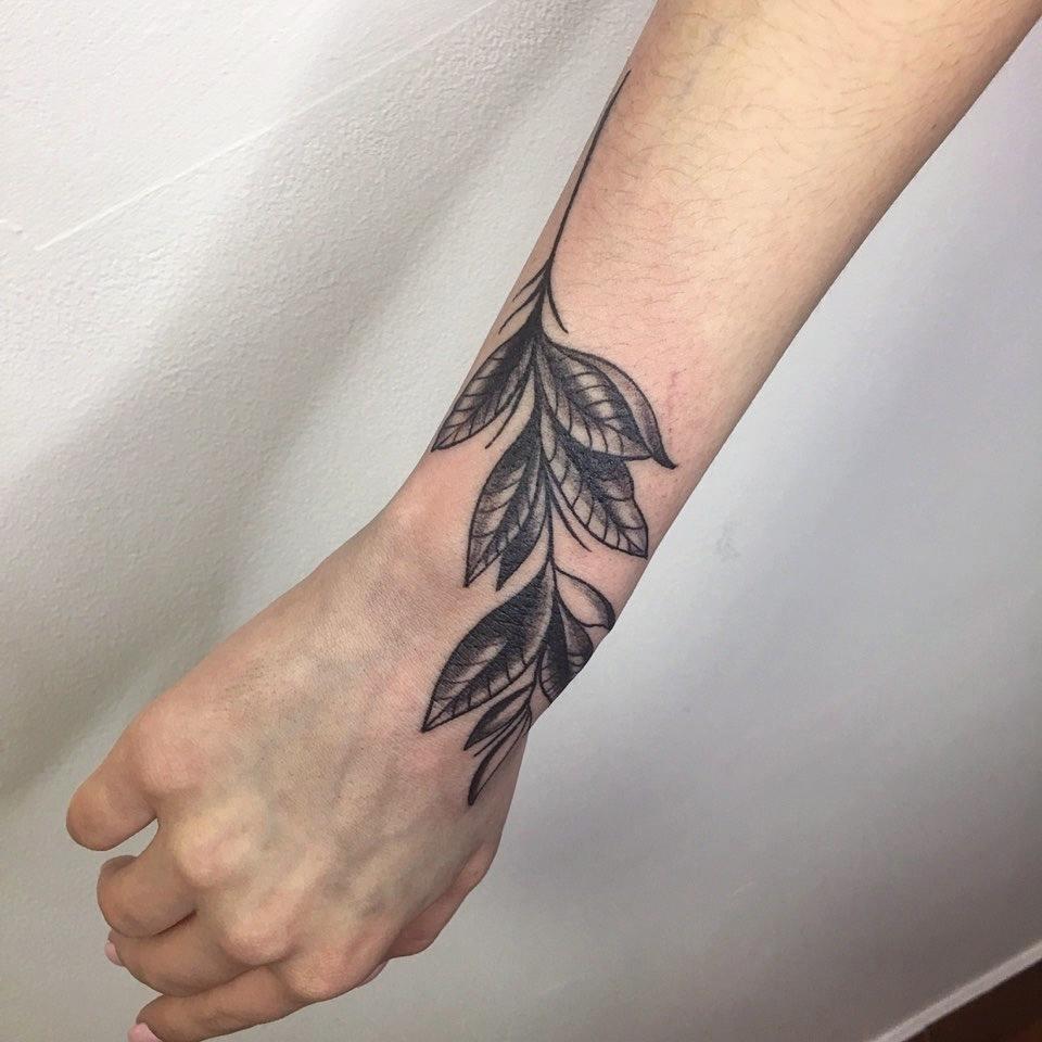 做美体师的訾先生小臂树叶纹身图案
